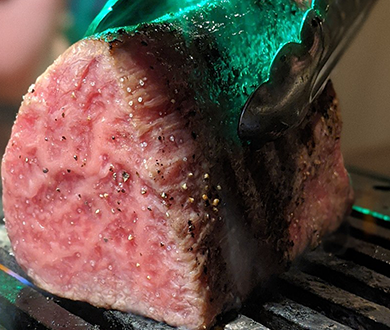 A5ランクの神戸肉を丸ごと焼いた塊肉